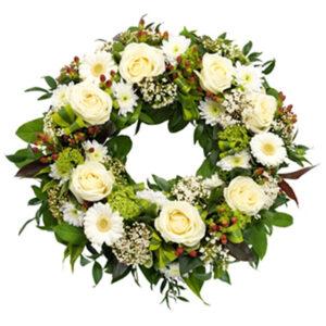 Wieniec pogrzebowy z różami i goździkami w tonacji kremowej