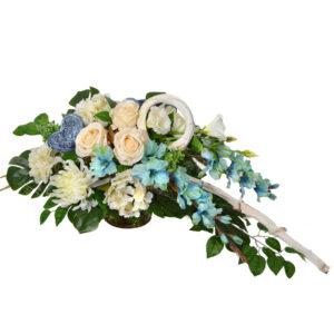 Stroik z kwiatów sztucznych w kolorze beżowo-niebieskim